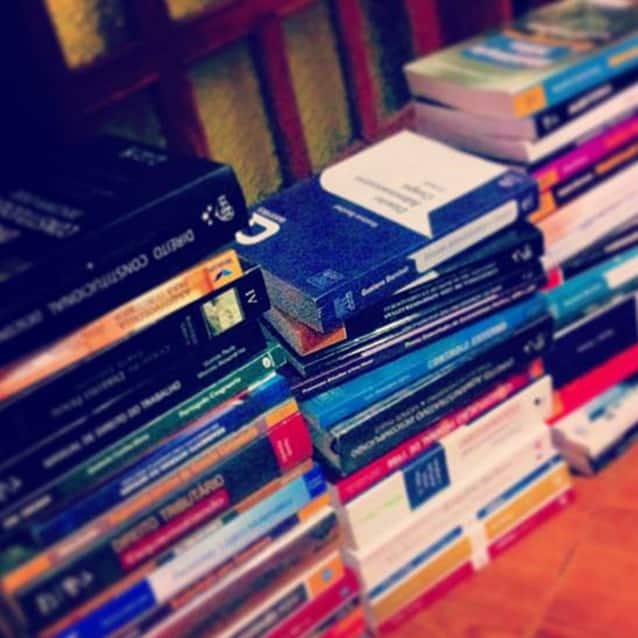 Livros que Carol Alvarenga usou para estudar para concursos